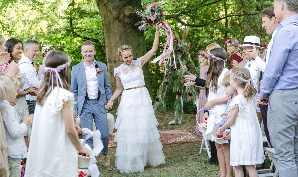 das Brautpaar lässt sich nach der Freien Trauung von den Gästen feiern