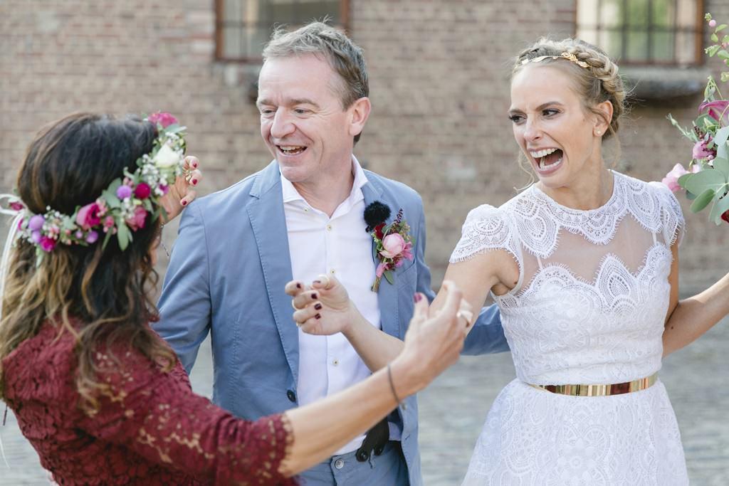 eine Brautjungfer gratuliert dem Brautpaar nach der Freien Trauung