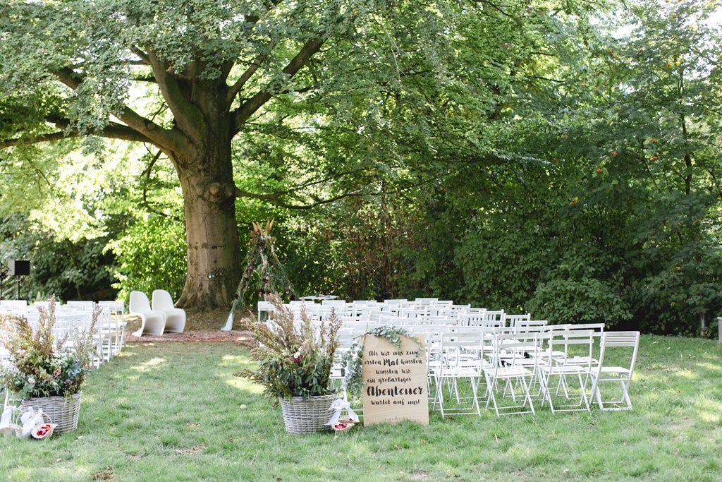 Deko und Stühle bei einer Freien Trauung im Garten unter einer alten Buche