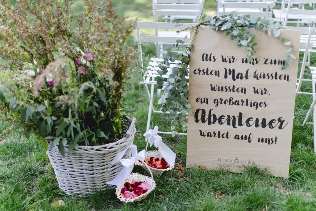 Deko bei einer Freien Trauung im Garten samt Blumenstreukörbchen