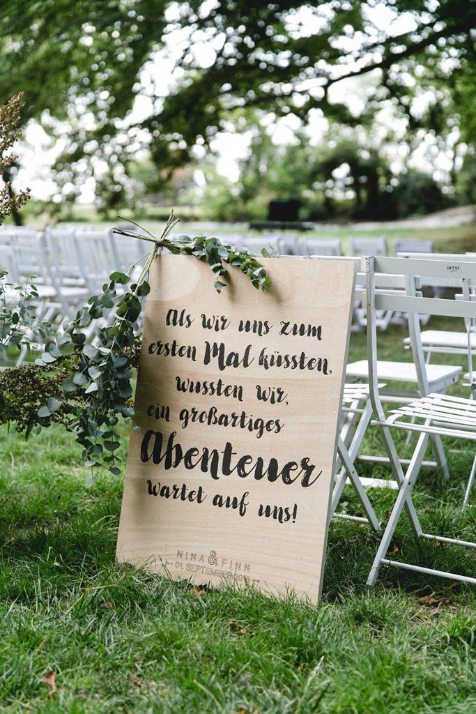 rustikales Holzschild mit romantischem Spruch als Deko bei einer Freien Trauung