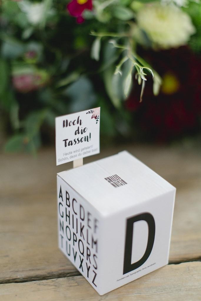 auf dem Hochzeitstisch steht eine Letter Tasse als Gastgeschenk
