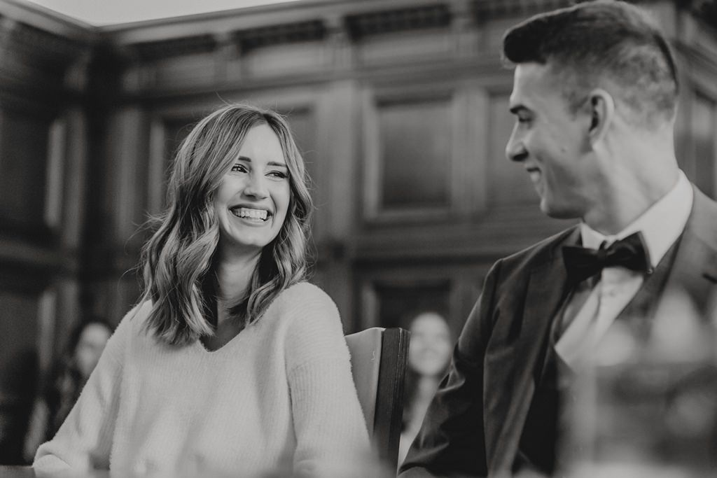 Brautpaar bei der Hochzeit auf dem Standesamt Düsseldorf