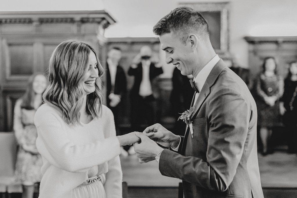 standesamtlichen Trauung Standesamt Düsseldorf: Das Brautpaar steckt sich die Ringe an