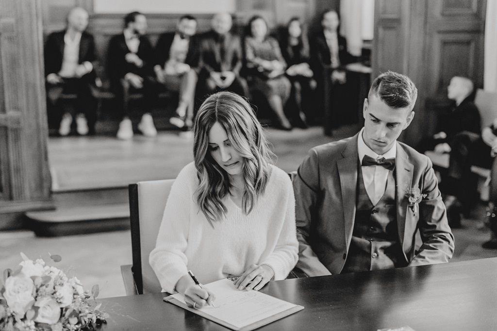 Hochzeit Standesamt Düsseldorf: Das Brautpaar bei der Unterschrift