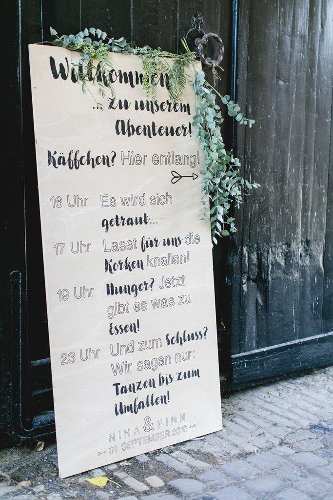 der Ablaufplan einer Hochzeit, dekoriert mit Greenery