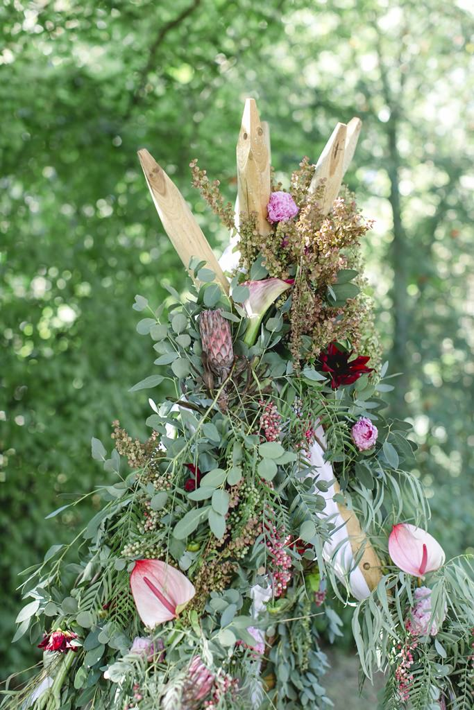 Hochzeitsdeko bei einer Freien Trauung mit viel Greenery und Protea