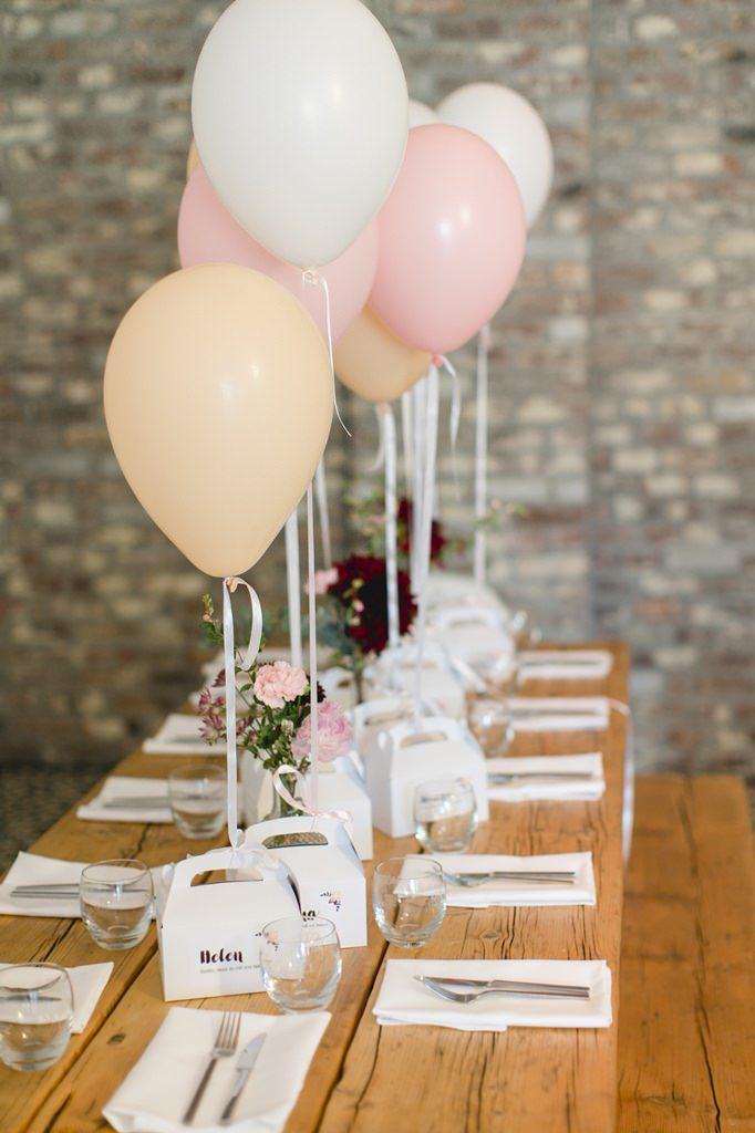 Kindertisch bei einer Hochzeit, dekoriert mit Luftballons in Weiß, Rosa und Puder