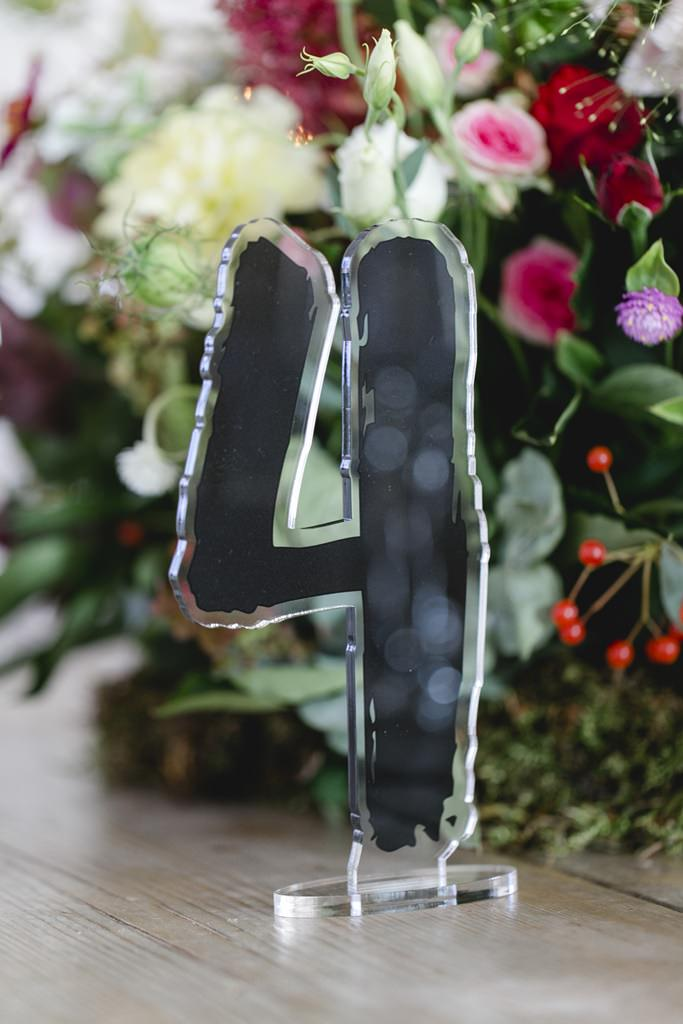 schwarze Tischnummer aus Plexiglas als Hochzeitsdeko