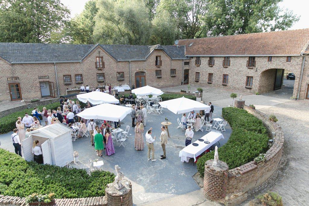 Hochzeitsempfang im Innenhof von Gut Hohenholz