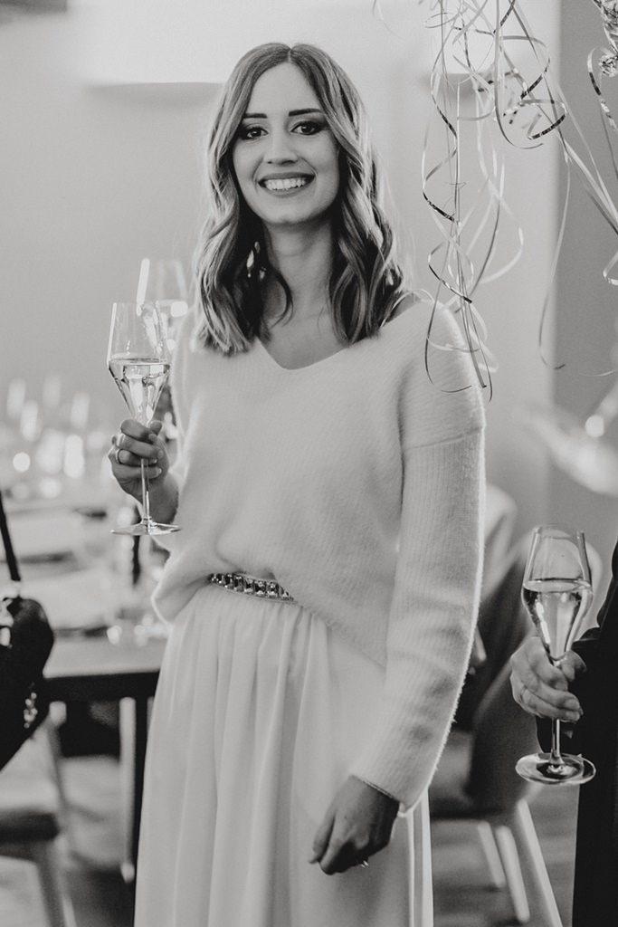 die Braut bei ihrer Hochzeitsfeier nach der standesamtlichen Trauung
