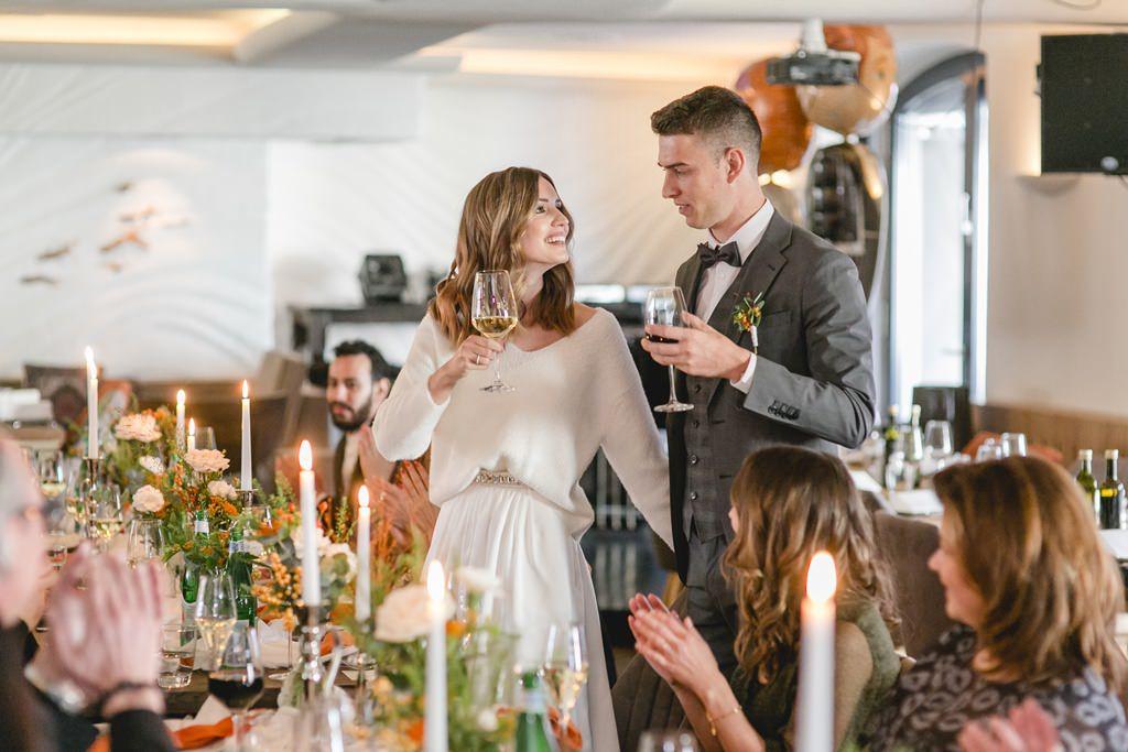 das Brautpaar stößt bei seiner Hochzeitsfeier an