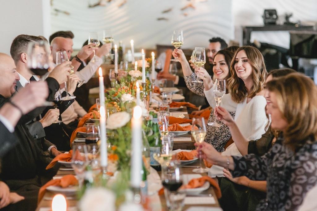 Brautpaar und Gäste stoßen bei der Feier nach der standesamtlichen Trauung an