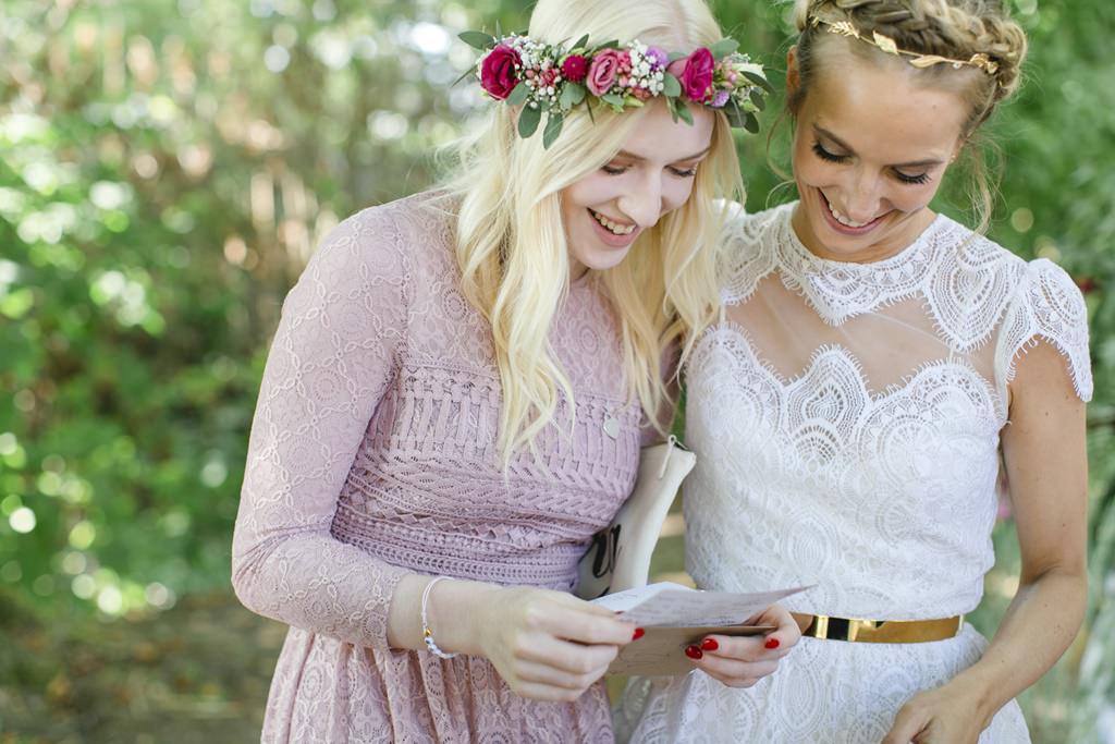 Hochzeitsfoto von der Braut mit einer Brautjungfer