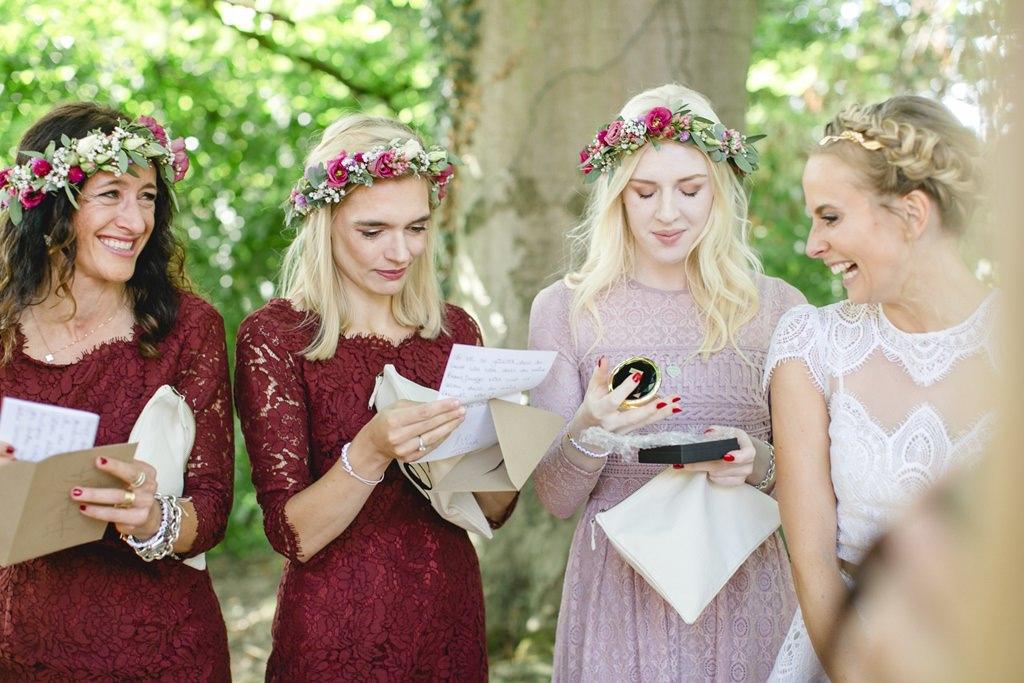 die Brautjungfern lesen einen Brief von der Braut