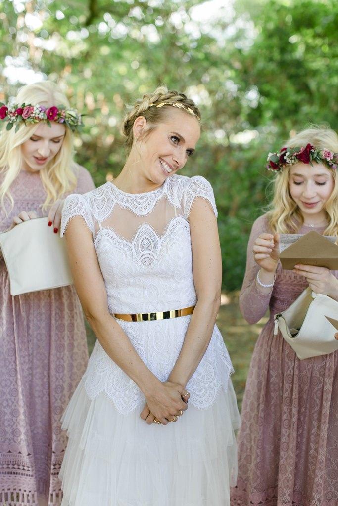 die Braut zwischen ihren Brautjungfern