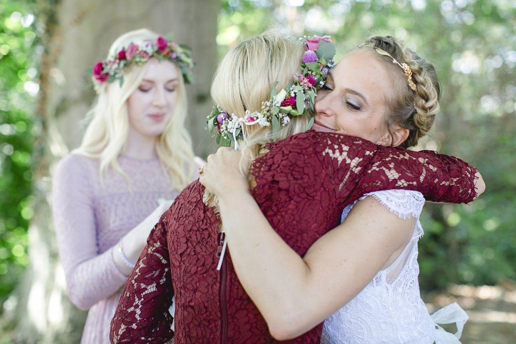 die Braut umarmt eine Brautjungfer