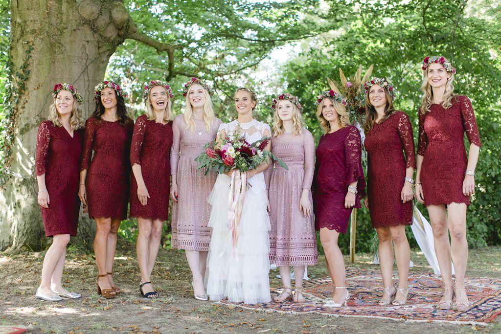 Hochzeitsfoto von der Braut mit ihren Brautjungfern in bordeauxroten Kleidern