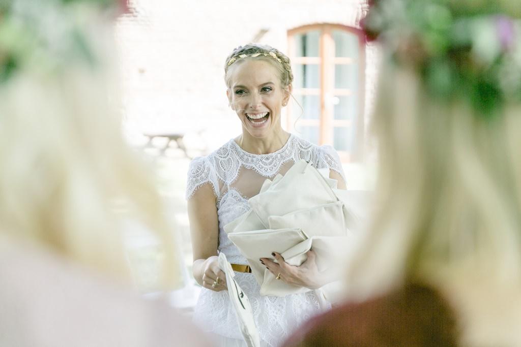 die lachende Braut mit Geschenken für ihre Brautjungfern