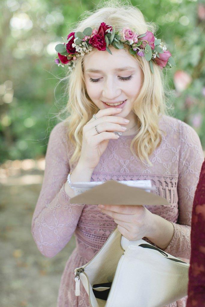 emotionale Brautjungfer liest einen Brief der Braut