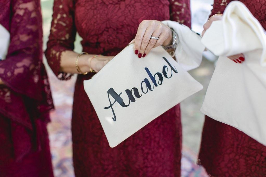 die Brautjungfer hält ihr Gastgeschenk in der Hand