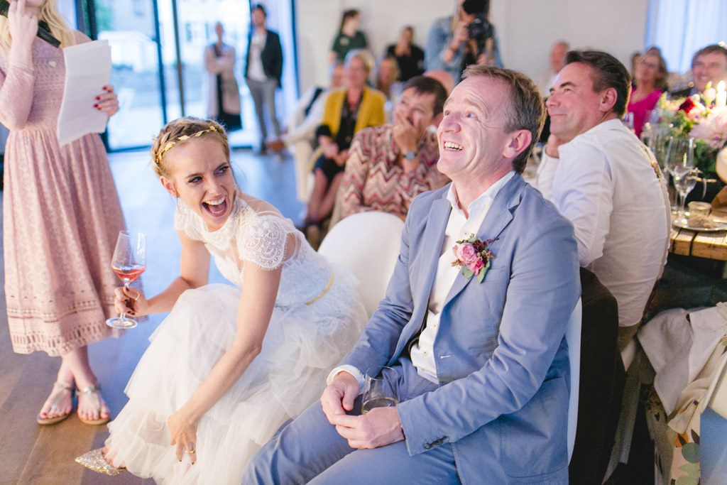 das Brautpaar schaut sich während der Hochzeitsfeier ein Video an