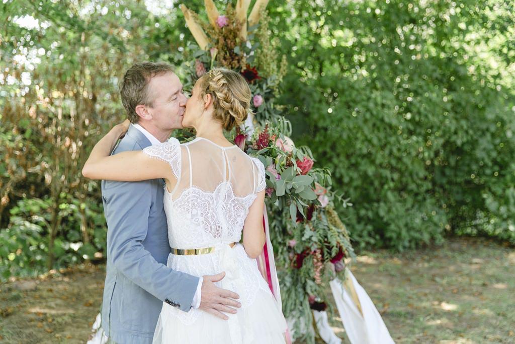 Hochzeitsfoto vom Hochzeitskuss bei einer Freien Trauung im Boho-Stil