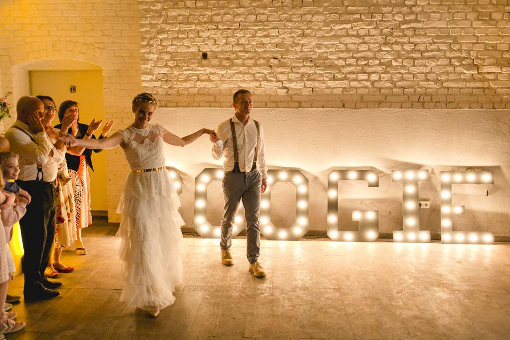 das Brautpaar bei seinem Hochzeitstanz vor großen Light Lettern