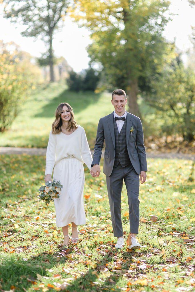Hochzeitsfoto Idee: Das Paar läuft in herbstlicher Natur