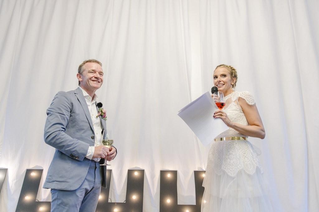 die Braut hält während der Hochzeitsfeier auf Gut Hohenholz eine Rede