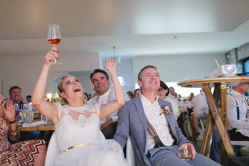 das Brautpaar jubelt während der Hochzeitsfeier