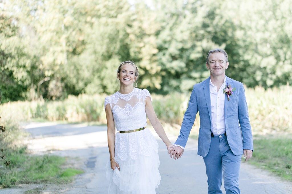 das Brautpaar beim Paarshooting in der Natur