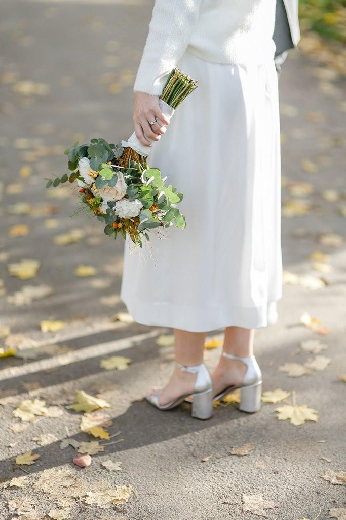 Hochzeitsfoto vom Brautstrauß in der Hand der Braut