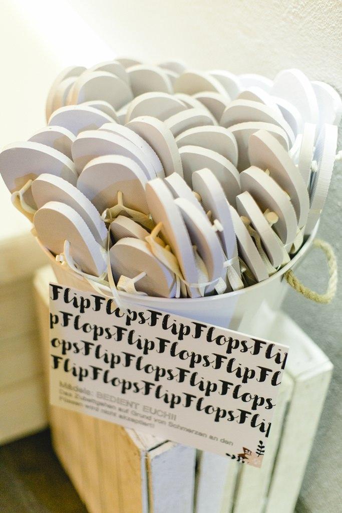 Hochzeitsidee: Ein Eimer voller Flip Flops für die Gäste
