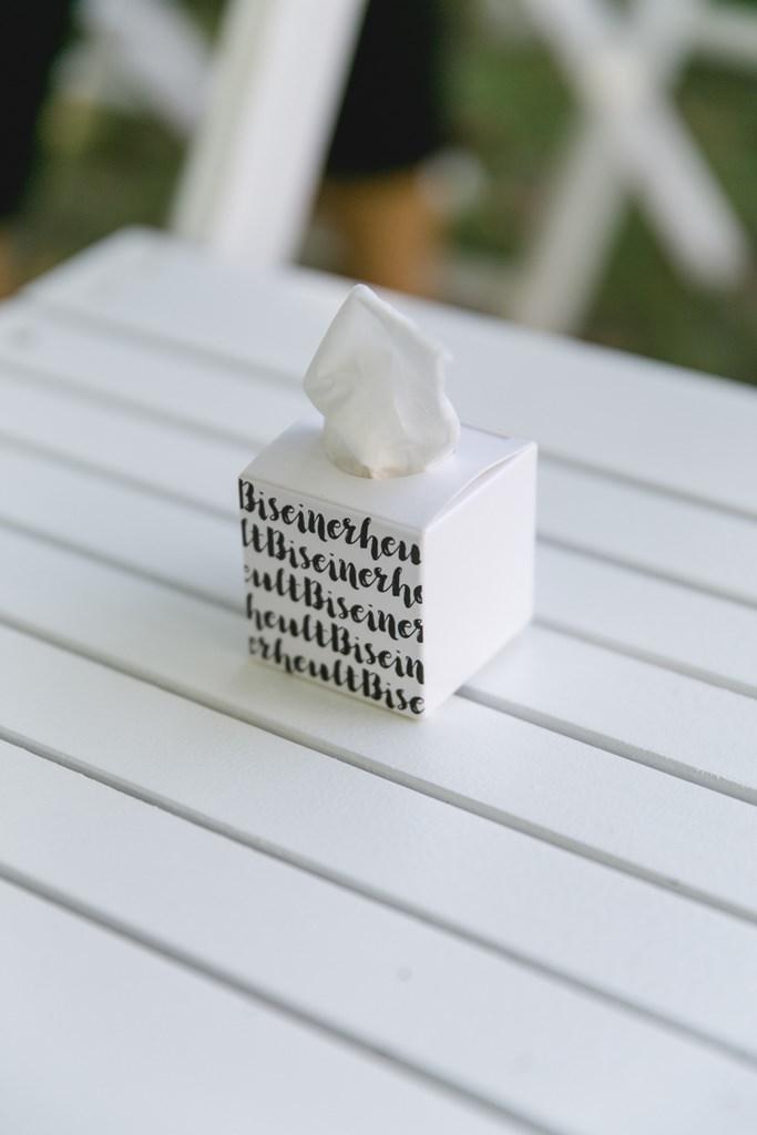 weiße Taschentücher Box bei einer Freien Trauung