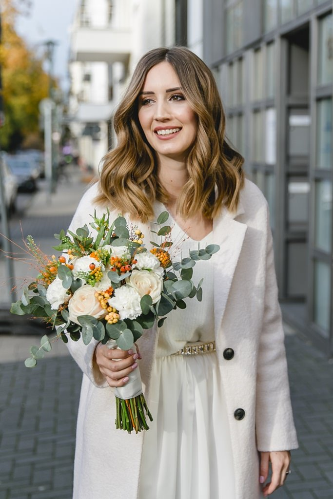 die Braut mit ihrem Brautstrauß vor der standesamtlichen Trauung in Düsseldorf