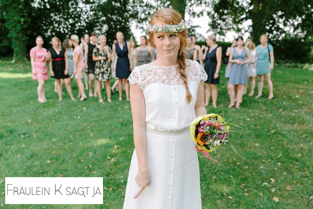 die Braut vor dem Brautstraußwurf | Foto von Hochzeitsfotografin Hanna Witte