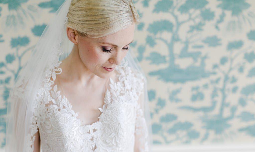Hochzeitsfoto einer Braut mit Schleier und einem Brautkleid aus Spitze | fotografiert von Hanna Witte