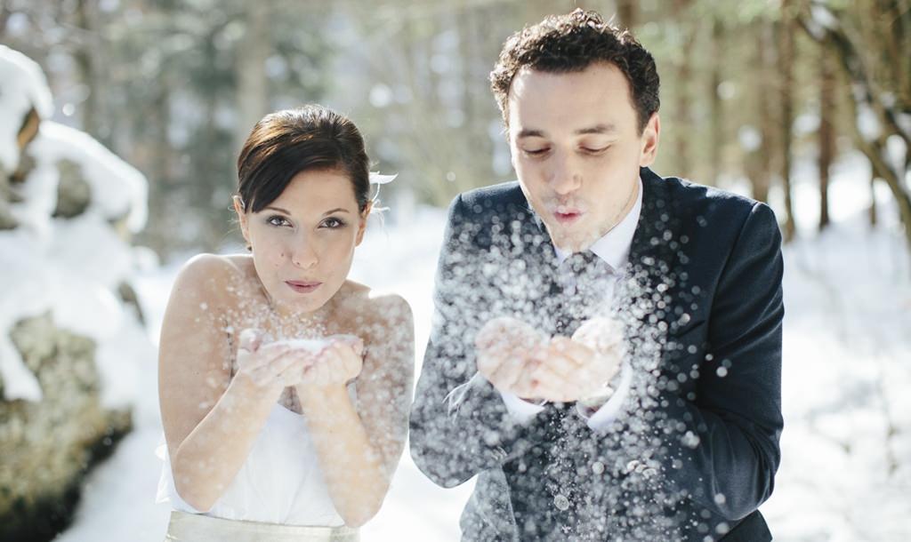 Braut und Bräutigam pusten Schnee in die Kamera | Foto: Hanna Witte