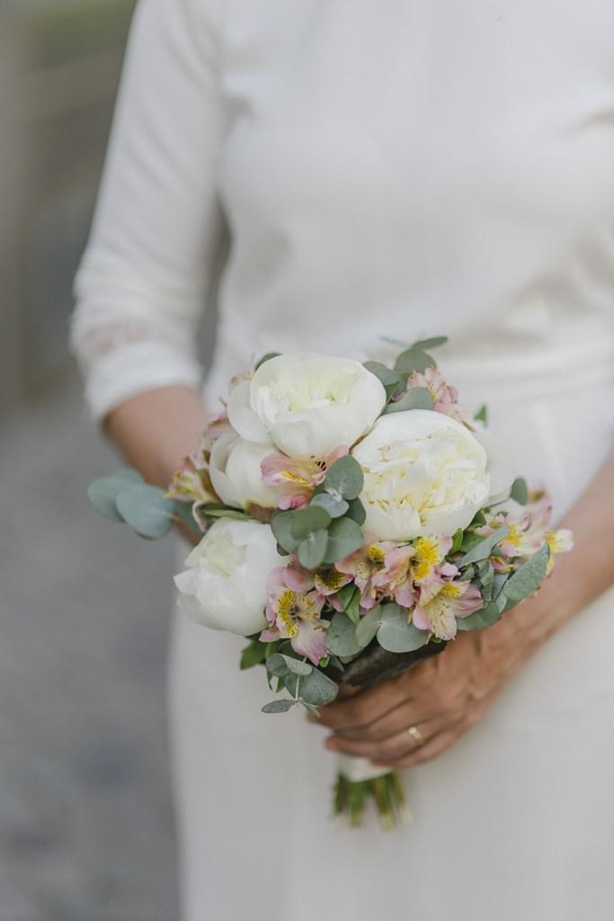 sommerlicher Brautstrauß mit weißen Pfingstrosen und Eukalyptus | Foto: Hanna Witte