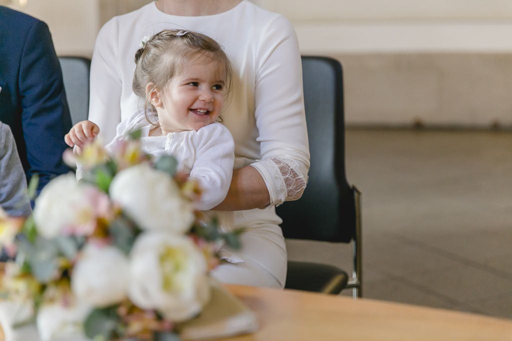 die Braut mit ihrer Tochter bei der standesamtlichen Hochzeit in Köln | Foto: Hanna Witte