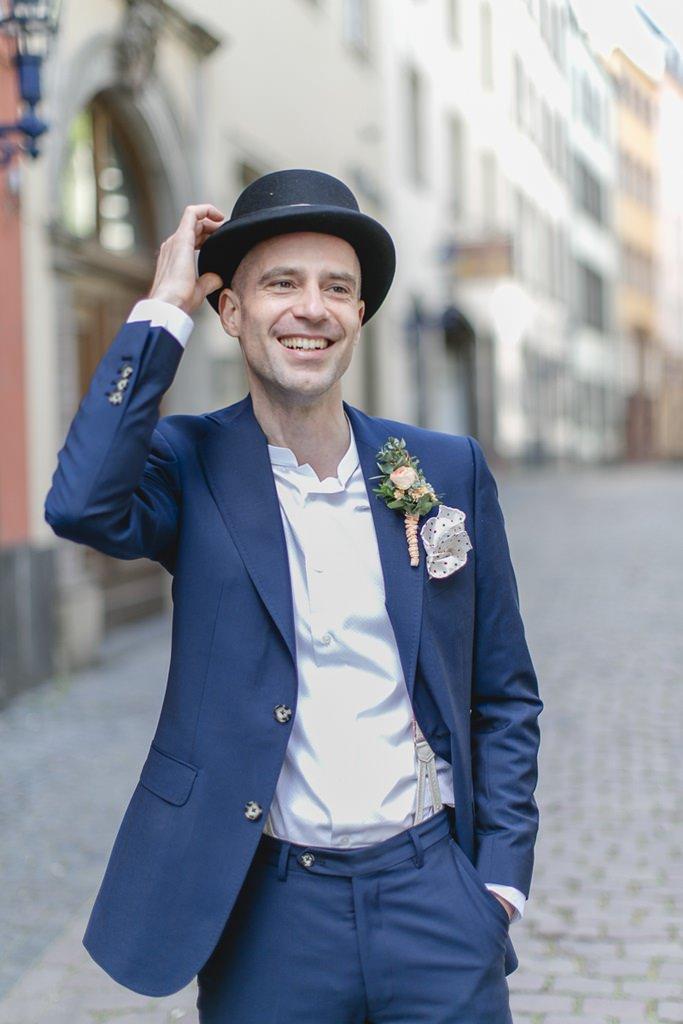 cooles Hochzeitsfoto vom Bräutigam in der Kölner Altstadt | Foto: Hanna Witte