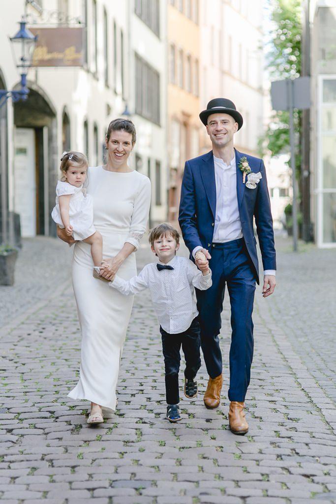 Hochzeitsfoto vom Brautpaar mit seinen Kindern in der Kölner Altstadt | Foto: Hanna Witte