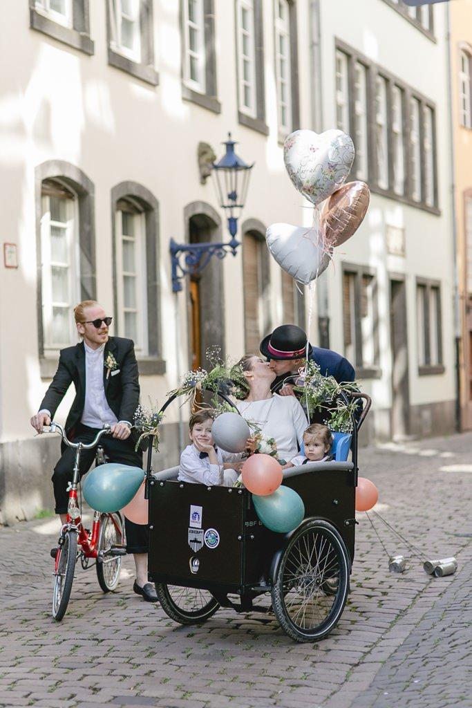 Hochzeitsfoto vom Brautpaar mit seinen Kindern in einem Lastenfahrrad | Foto: Hanna Witte