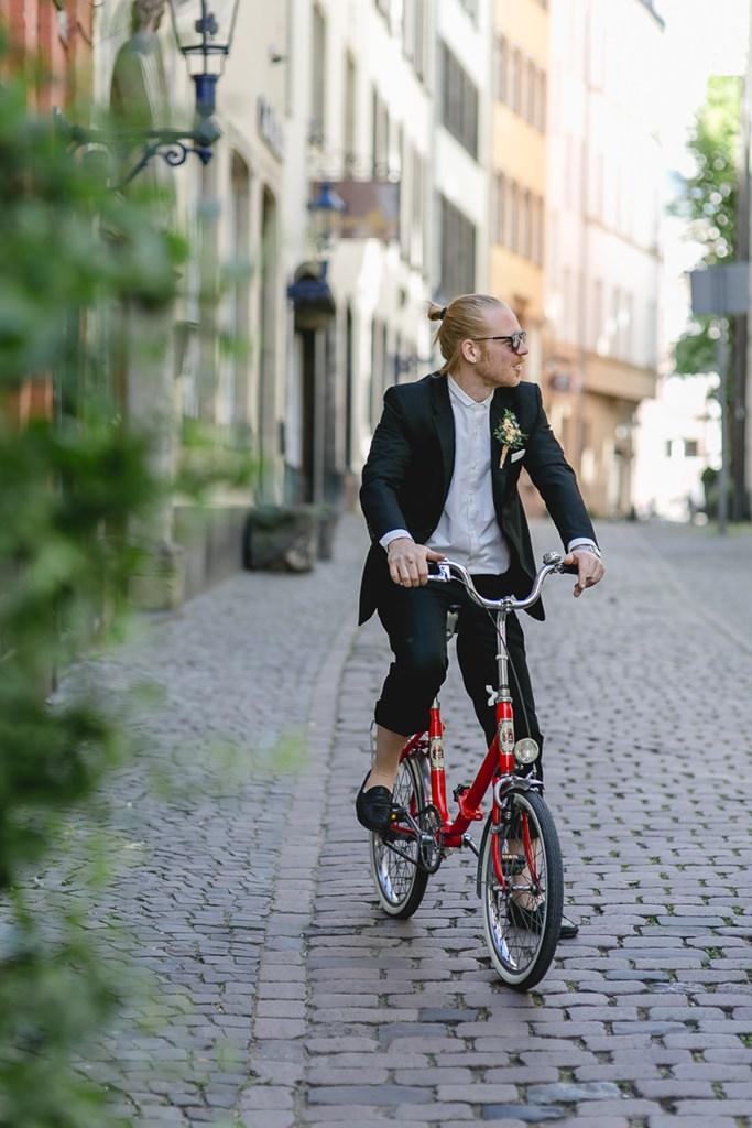 der Trauzeuge fährt auf einem roten Fahrrad durch die Kölner Altstadt | Foto: Hanna Witte