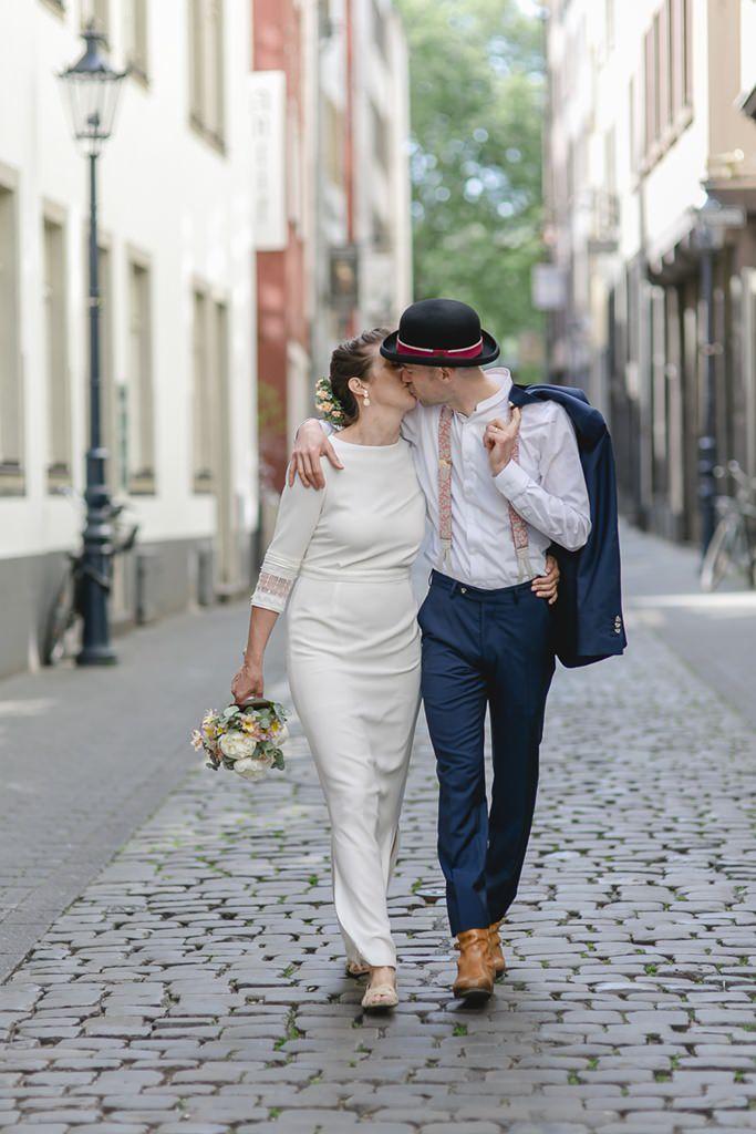 Braut und Bräutigam küssen sich beim Paarshooting in der Kölner Altstadt | Foto: Hanna Witte