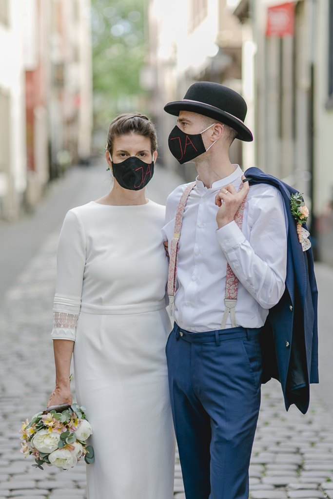 Hochzeitsfoto von Braut und Bräutigam mit Gesichtsmasken | Foto: Hanna Witte