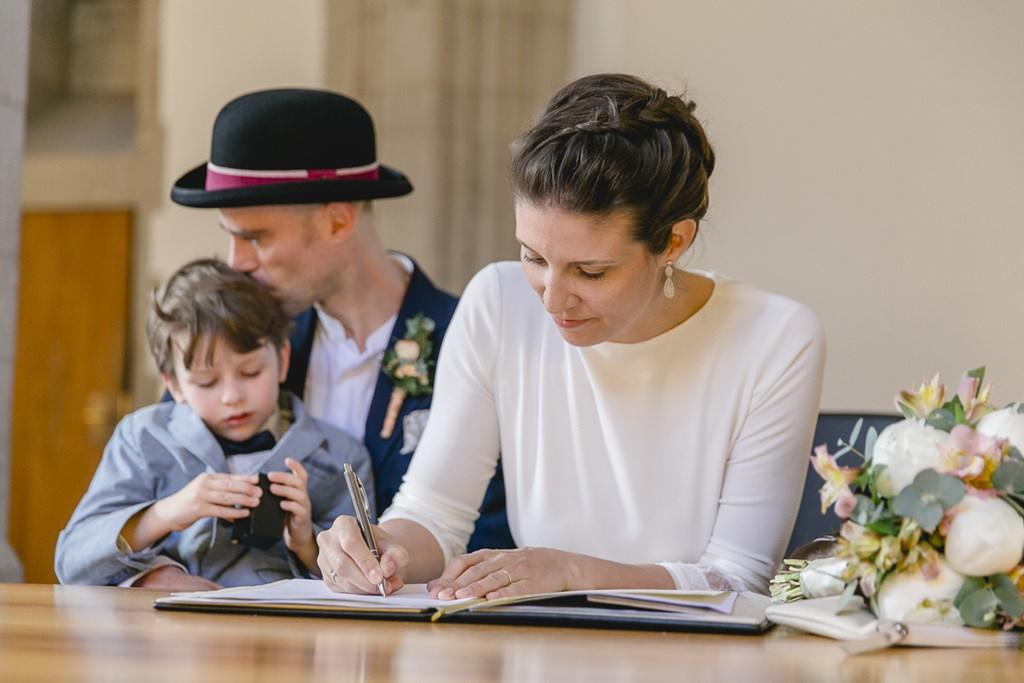 die Braut unterschreibt die Hochzeitsurkunde | Foto: Hanna Witte