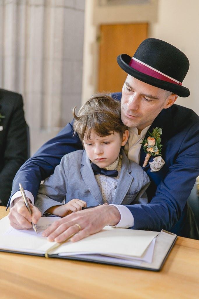 der Bräutigam unterschreibt die Hochzeitsurkunde | Foto: Hanna Witte