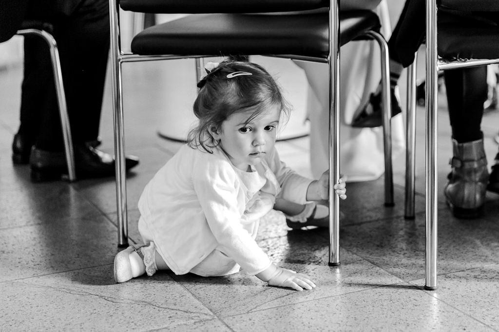 die Tochter des Brautpaares versteckt sich unter einem Stuhl | Foto: Hanna Witte